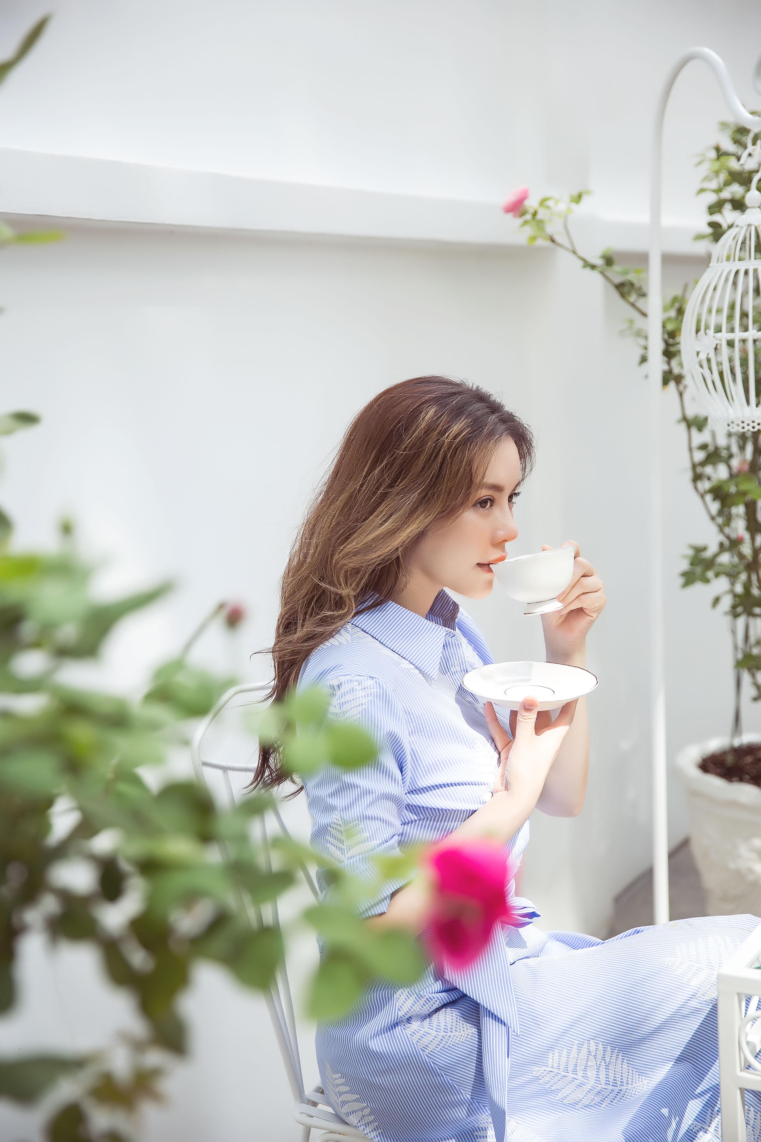 Hình ảnh Lãnh sự danh dự Lý Nhã Kỳ lãng mạn giữa vườn hồng số 2