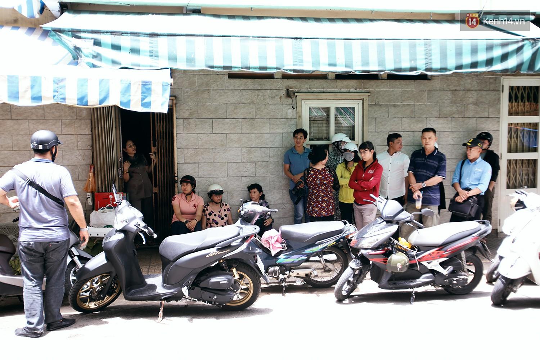 Cận cảnh người Sài Gòn chờ hàng giờ đồng hồ, tranh mua 'mâm cua dì Ba' chỉ bán 10 phút là hết sạch 4