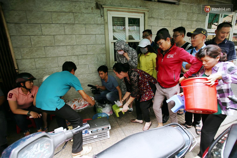 Cận cảnh người Sài Gòn chờ hàng giờ đồng hồ, tranh mua 'mâm cua dì Ba' chỉ bán 10 phút là hết sạch 7