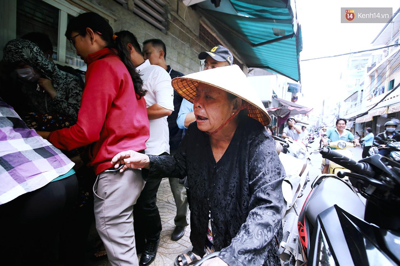 Cận cảnh người Sài Gòn chờ hàng giờ đồng hồ, tranh mua 'mâm cua dì Ba' chỉ bán 10 phút là hết sạch 8