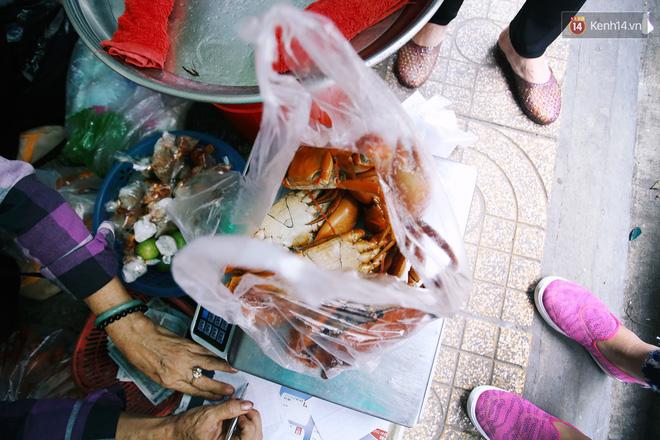 Cận cảnh người Sài Gòn chờ hàng giờ đồng hồ, tranh mua 'mâm cua dì Ba' chỉ bán 10 phút là hết sạch 11