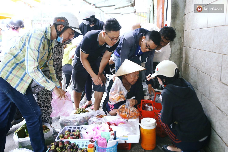 Cận cảnh người Sài Gòn chờ hàng giờ đồng hồ, tranh mua 'mâm cua dì Ba' chỉ bán 10 phút là hết sạch 12
