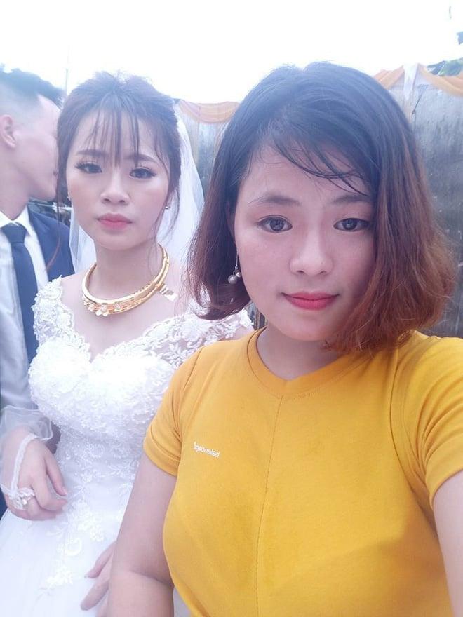 Cô dâu diện nguyên combo nón lá, dép tổ ong, áo mưa kín người trong ngày cưới khiến dân mạng bật cười 3
