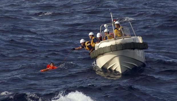 Cứu kịp thời 17 thuyền viên trên tàu cá bị chìm 1