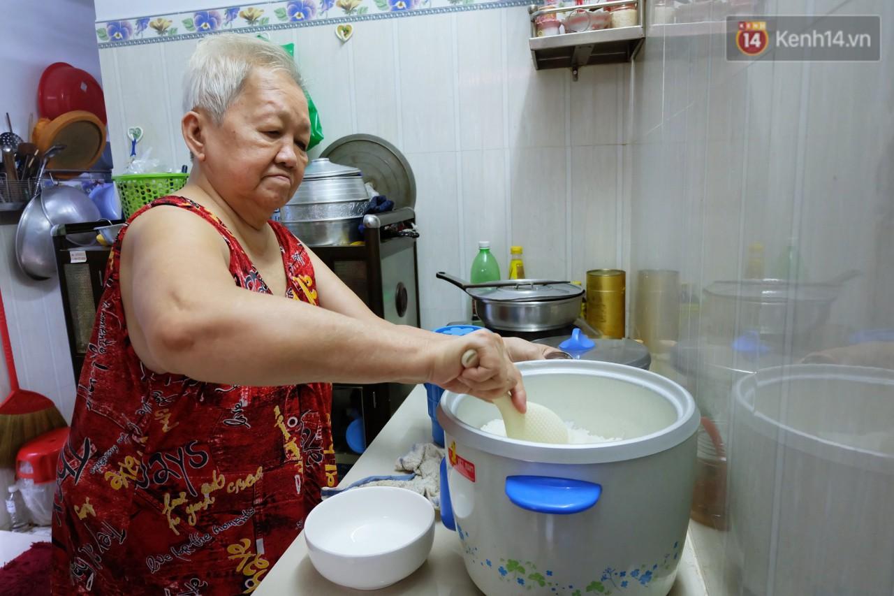 Chuyện tình chưa kể của ông lão mù bán bánh thuẫn ở Sài Gòn: 'Tui nhỏ hơn vợ 2 tuổi, mà nói chuyện dễ mến nên bả ưng tui!' 4