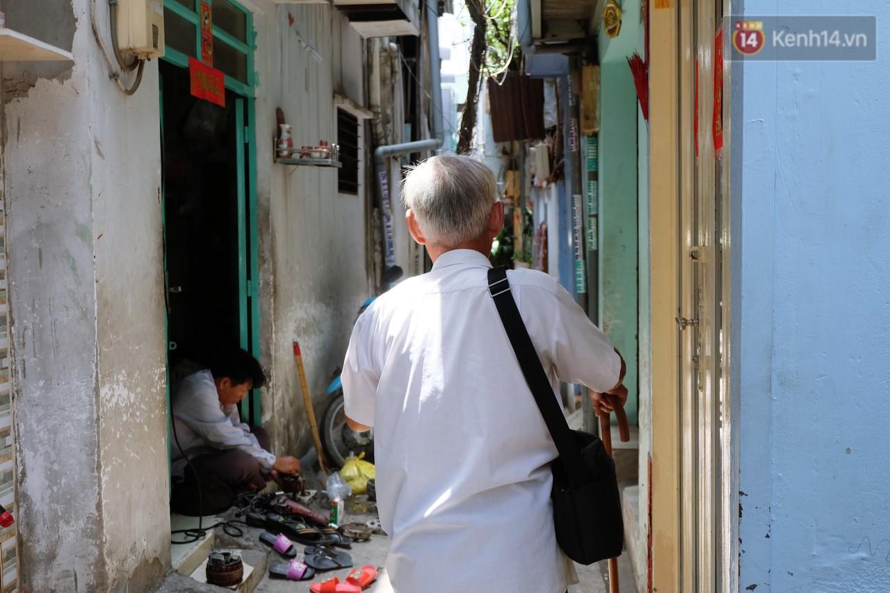 Chuyện tình chưa kể của ông lão mù bán bánh thuẫn ở Sài Gòn: 'Tui nhỏ hơn vợ 2 tuổi, mà nói chuyện dễ mến nên bả ưng tui!' 7