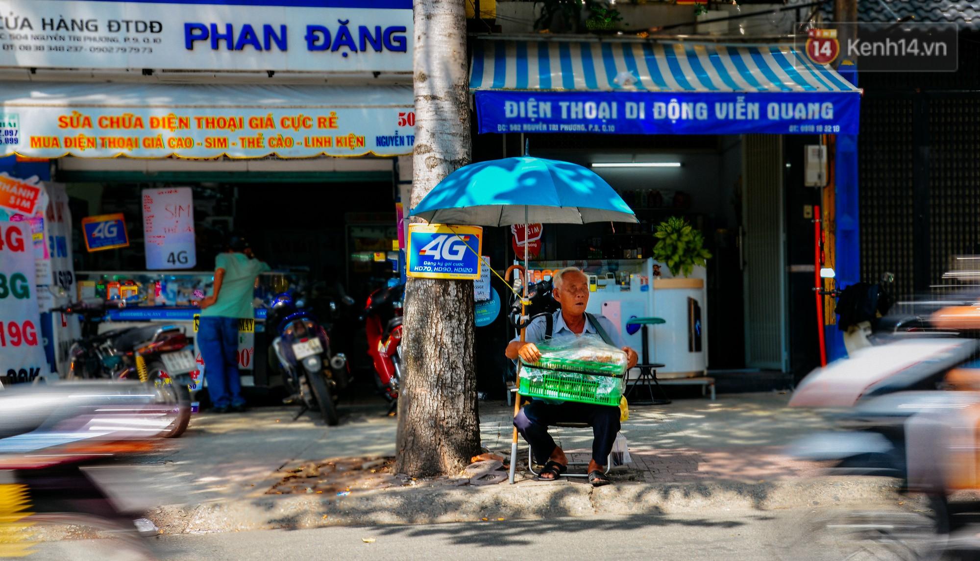 Chuyện tình chưa kể của ông lão mù bán bánh thuẫn ở Sài Gòn: 'Tui nhỏ hơn vợ 2 tuổi, mà nói chuyện dễ mến nên bả ưng tui!' 2