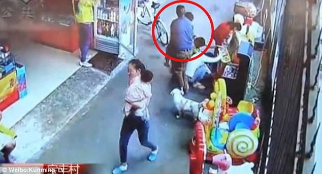 Clip bé trai bị bắt cóc táo tợn ngay chỗ đông người và lời cảnh báo cho các bậc cha mẹ 2