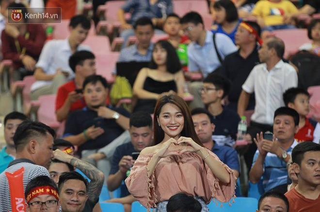 """Có """"người yêu tin đồn"""" xinh đẹp rạng ngời thế này đến cổ vũ, bảo sao Văn Đức U23 lại thi đấu thăng hoa 2"""