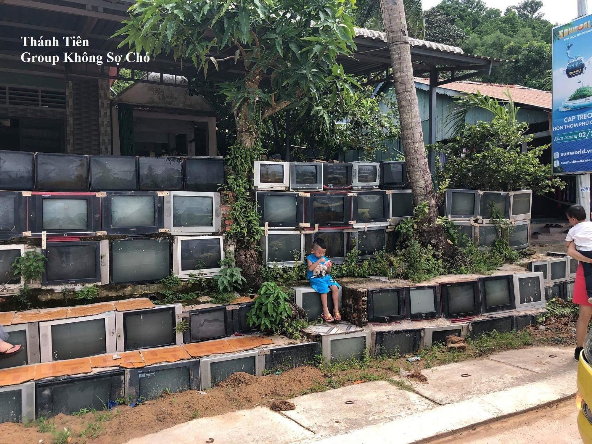 Báo nước ngoài đưa tin khen ngợi sự độc đáo của căn nhà có tường rào làm từ tivi tại Việt Nam 2