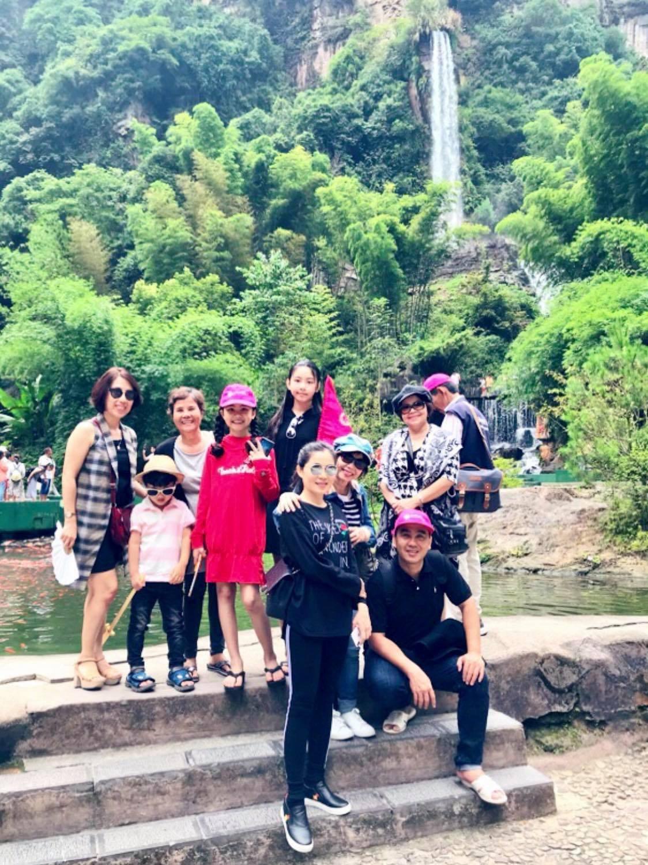 Đi du lịch nước ngoài cùng vợ con, Quyền Linh vẫn không quên mang dép tổ ong suốt cả hành trình - Ảnh 2.