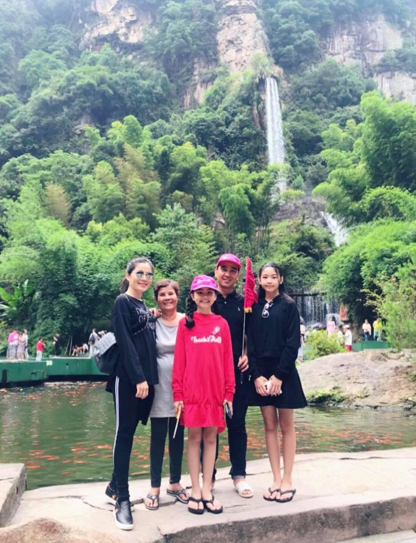 Đi du lịch nước ngoài cùng vợ con, Quyền Linh vẫn không quên mang dép tổ ong suốt cả hành trình - Ảnh 1.
