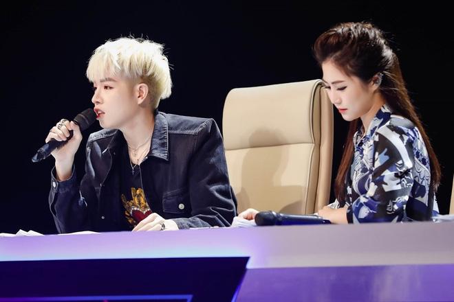 Phía sản xuất The Debut tung đoạn clip quay lén cảnh giám khảo Hương Tràm bị loại - Ảnh 2.
