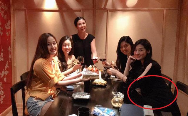 Hình ảnh Hoa hậu Ngọc Hân khoe ảnh sinh nhật Mai Phương Thúy nhưng bụng Tú Anh mới là tâm điểm của bức hình số 1