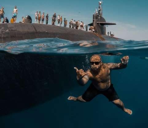 Hình ảnh Thủy thủ Mỹ bơi cạnh tàu ngầm hạt nhân giữa đại dương gây choáng ngợp số 4