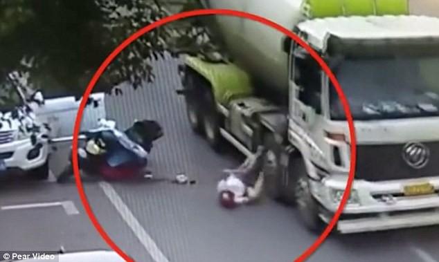 Người phụ nữ thoát chết thần kỳ dưới bánh xe tải nhờ mũ bảo hiểm 1
