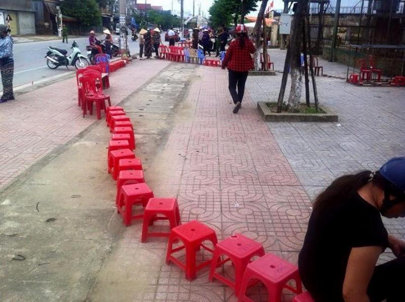 Người dân Hà Tĩnh đặt gạch, ghi tên lên ghế chờ mua vé xem bóng chuyền VTV Cup 1