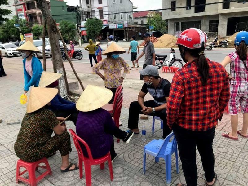 Người dân Hà Tĩnh đặt gạch, ghi tên lên ghế chờ mua vé xem bóng chuyền VTV Cup - Ảnh 2.