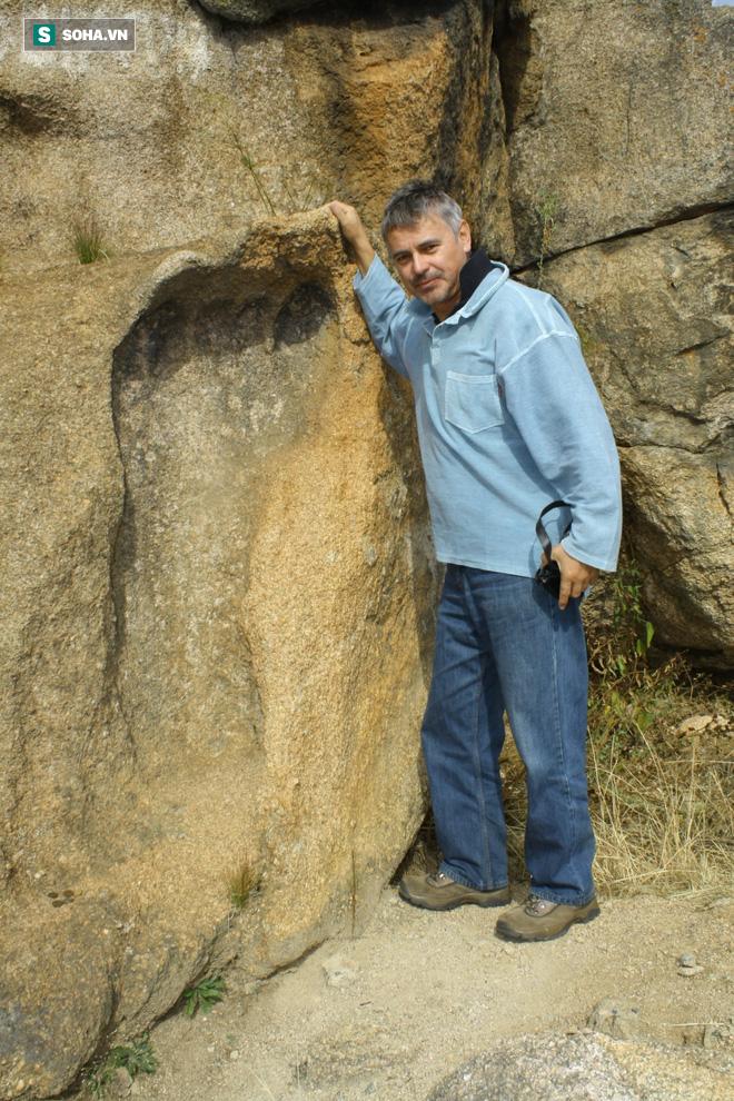 Dấu chân khổng lồ dài 1,2m ở Nam Phi: Bí ẩn thách thức khoa học hơn trăm năm 1
