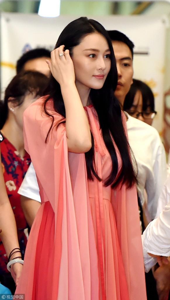 Lộ diện hậu kết hôn với sĩ quan, Trương Hinh Dư khoe nhẫn kim cương và có phản ứng như sau về Phạm Băng Băng 2