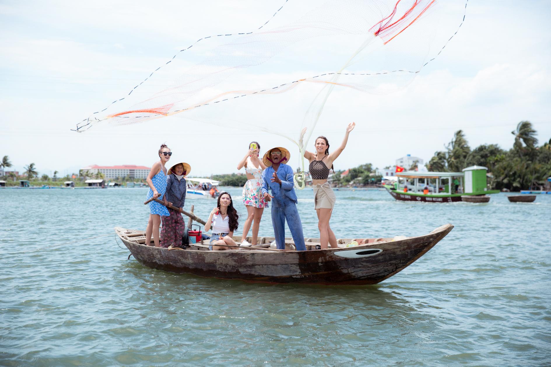 Hoa hậu Phan Thị Mơ cùng các người đẹp chèo thuyền thúng, quăng chài, thả lưới với người dân 3