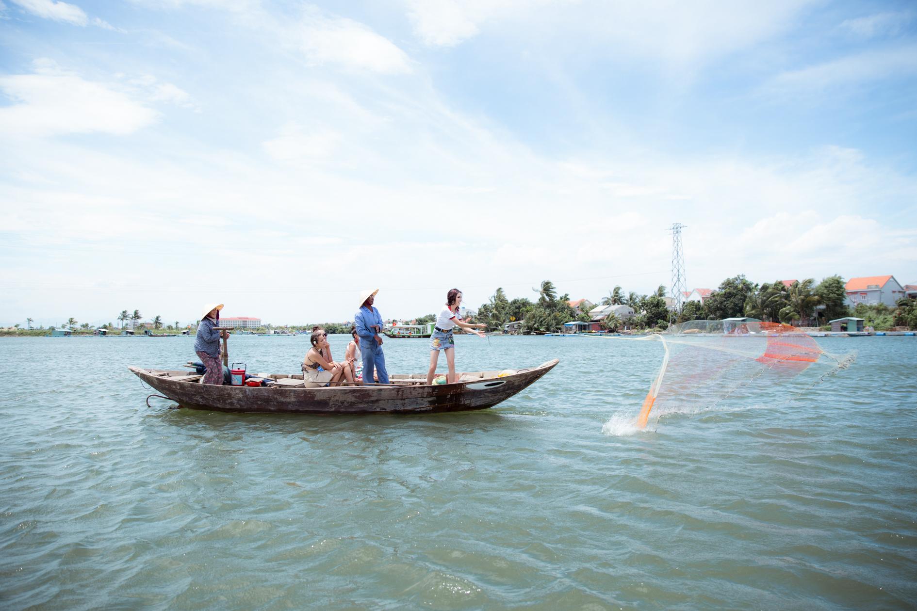 Hoa hậu Phan Thị Mơ cùng các người đẹp chèo thuyền thúng, quăng chài, thả lưới với người dân 4