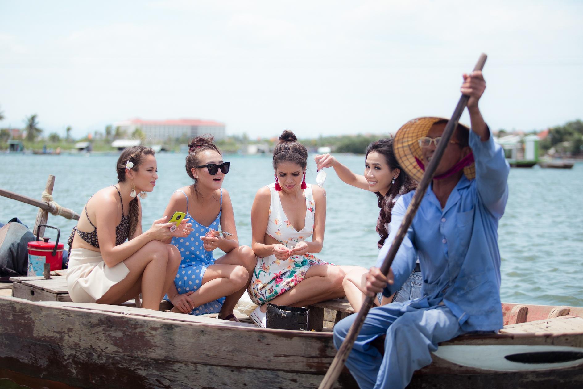 Hoa hậu Phan Thị Mơ cùng các người đẹp chèo thuyền thúng, quăng chài, thả lưới với người dân 5