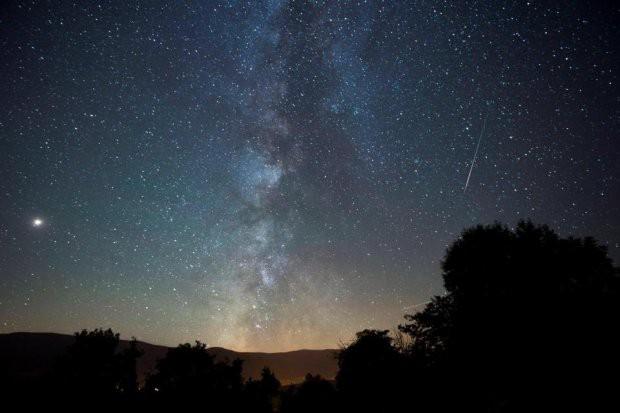 Những hình ảnh mưa sao băng Perseid đẹp tuyệt vời trên bầu trời đêm 13