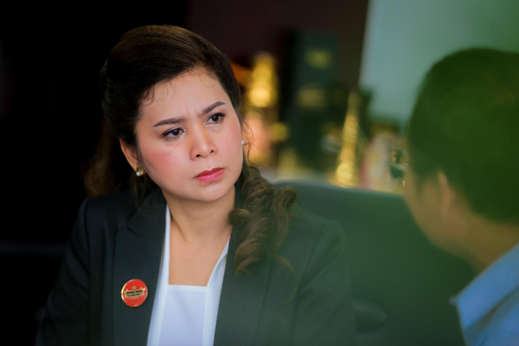 Hình ảnh Sau sự xuất hiện đầy bất ngờ của chồng, bà Lê Hoàng Diệp Thảo tuyên bố từ bây giờ sẽ chỉ nói chuyện kinh doanh số 2