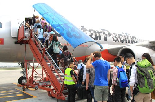 Du khách nước ngoài bỏ quên túi xách chứa gần 300 triệu đồng trên máy bay nhận được điều bất ngờ 1
