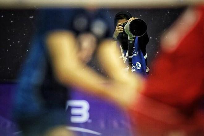Đây là cách nữ nhiếp ảnh gia thể thao người Iran chụp ảnh trận đấu bóng đá dù bị cấm vào sân vận động 4