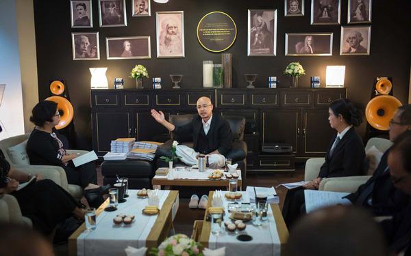Hình ảnh Sau sự xuất hiện đầy bất ngờ của chồng, bà Lê Hoàng Diệp Thảo tuyên bố từ bây giờ sẽ chỉ nói chuyện kinh doanh số 1