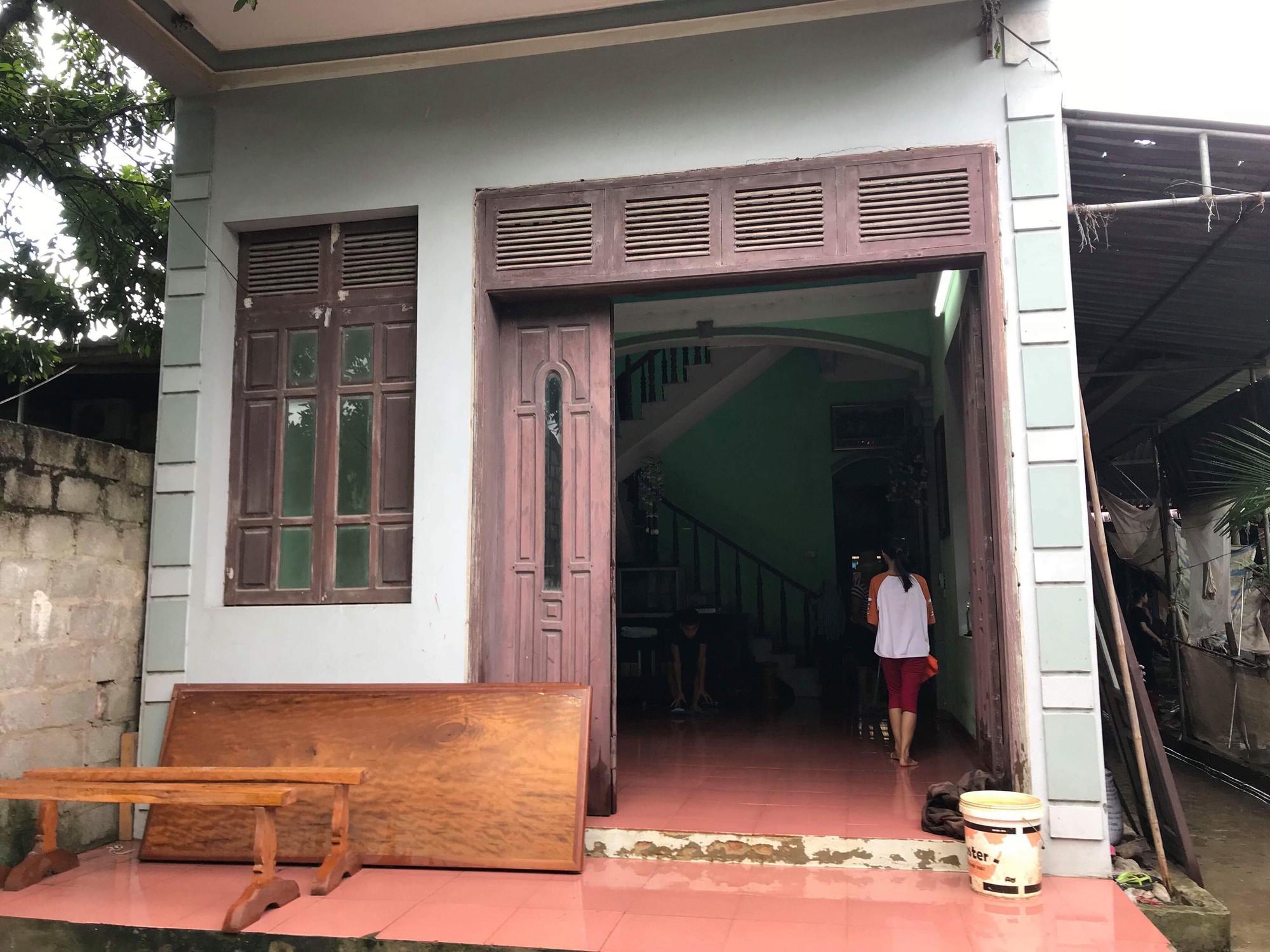 Vụ đôi vợ chồng ở Hưng Yên bị sát hại trong đêm: Hung thủ ra tay khi các nạn nhân cùng 2 con nhỏ ngủ ở tầng 1 của căn nhà - Ảnh 1.