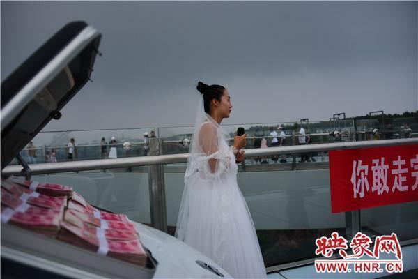 Trung Quốc: Cô gái mang tiền và siêu xe lên cầu kính để thử thách người bạn trai sợ độ cao rồi nhận cái kết đau lòng 2