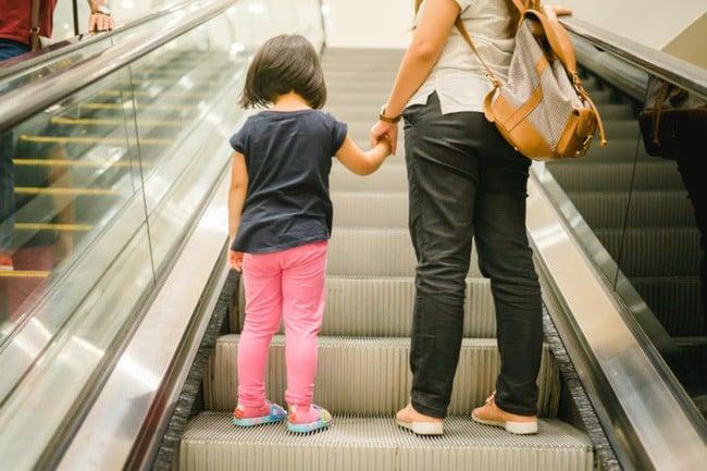 Không cẩn thận khi đi thang cuốn, bé 1 tuổi bị nuốt trọn cánh tay trong vụ tai nạn kinh hoàng 3