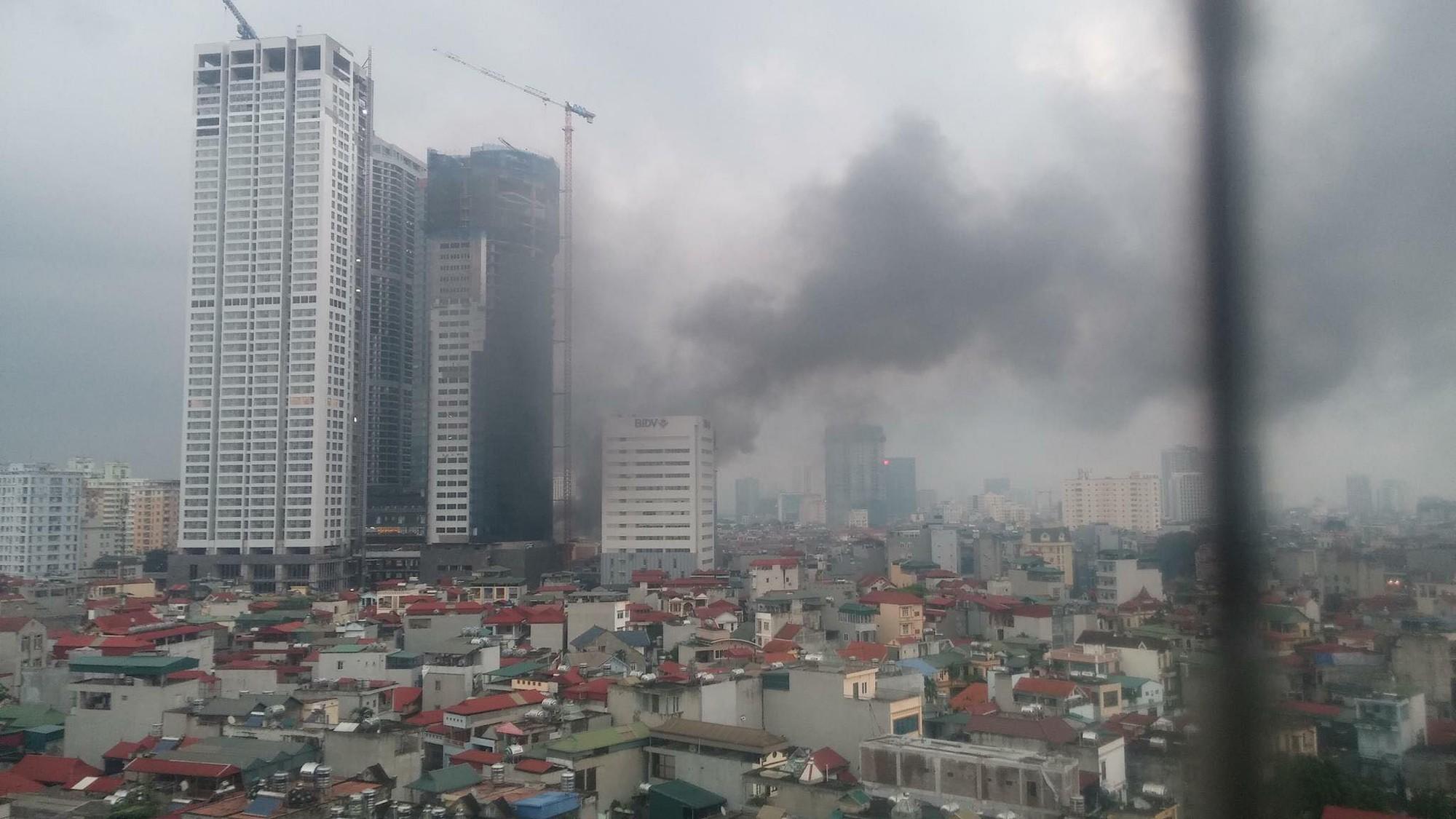 Khói đen kín trời từ tòa nhà đang xây dựng ở Hà Nội, nhiều người hoảng hốt 3