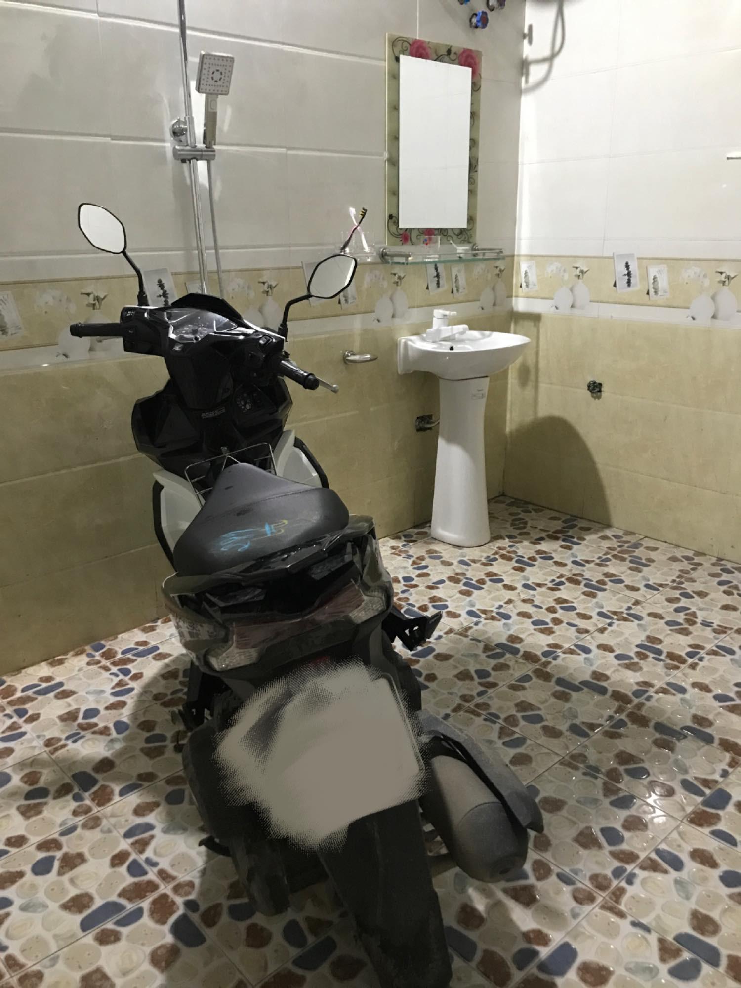 Ông bố sợ bị trộm đột nhập nên dắt xe máy cất hẳn trong... nhà tắm, nhưng dân mạng lại chỉ chú ý đến điều này 2