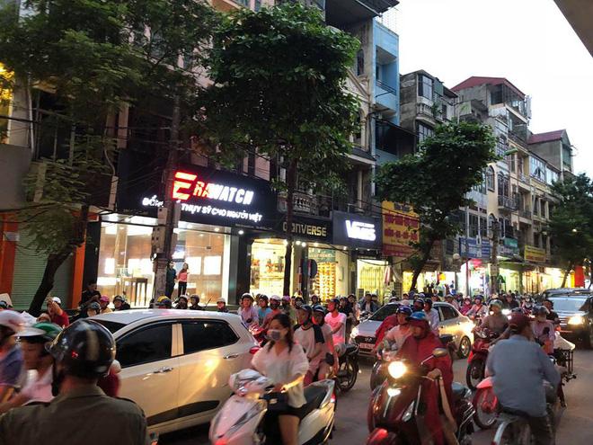 Khói đen kín trời từ tòa nhà đang xây dựng ở Hà Nội, nhiều người hoảng hốt 6