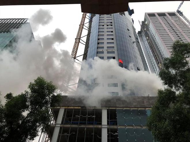 Khói đen kín trời từ tòa nhà đang xây dựng ở Hà Nội, nhiều người hoảng hốt 2