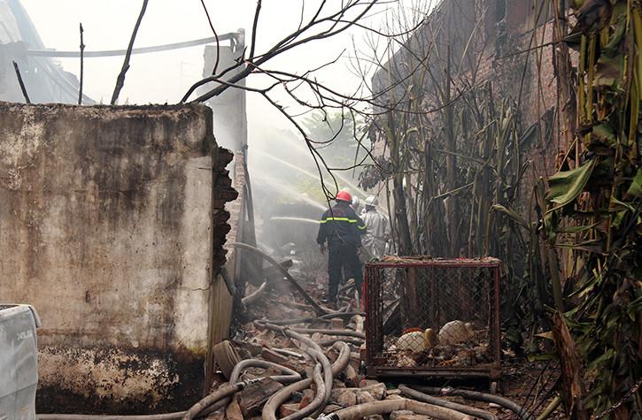 Hình ảnh Cận cảnh vụ cháy kinh hoàng xưởng sản xuất sơn ở Hà Nội số 2