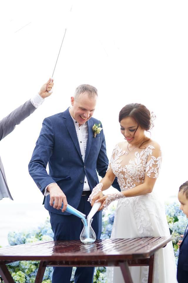 Lý Thanh Thảo tổ chức đám cưới trên bãi biển với chồng Tây 4