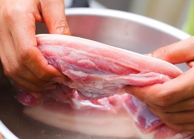 Cứ tưởng chần thịt trước khi nấu là làm sạch hiệu quả nhưng hóa ra không phải vậy và đây mới là cách bạn nên làm - Ảnh 2.