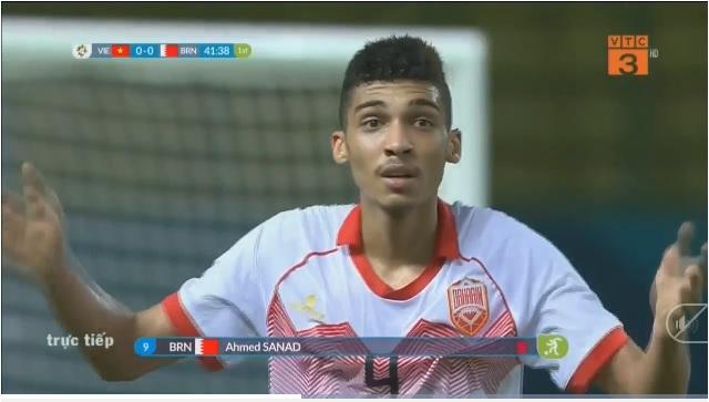 Cầu thủ Bahrain ngơ ngác sau khi nhận thẻ đỏ trực tiếp từ trọng tài 1