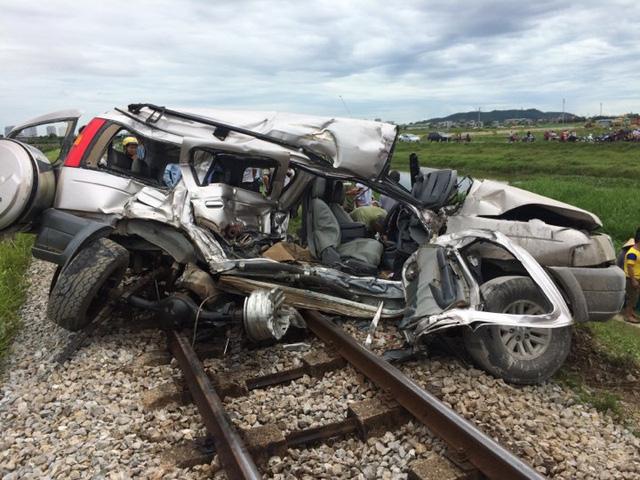 Đi thắp hương rằm tháng 7,  ô tô bị tàu hỏa tông, 4 người thương vong 1