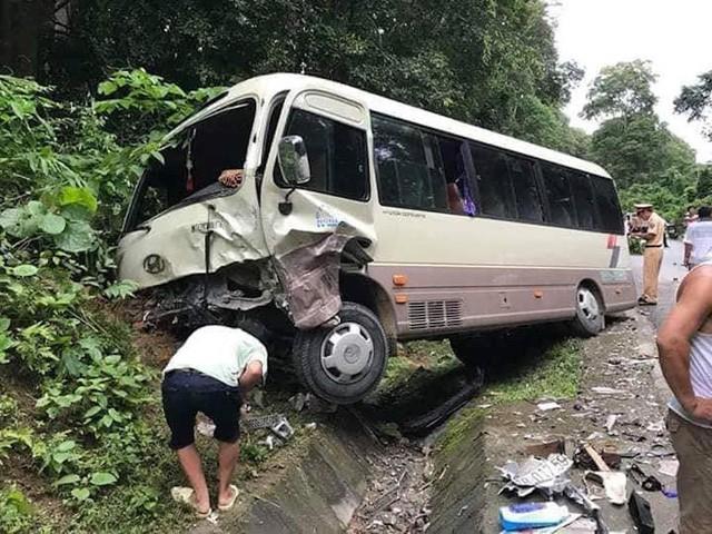 Hàng chục hành khách la hét hoảng loạn khi va chạm trực diện với xe con 1