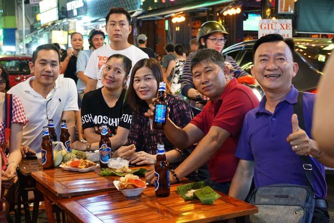 Người nước ngoài uống bia cổ vũ cho U23 Việt Nam ở Sài Gòn 10
