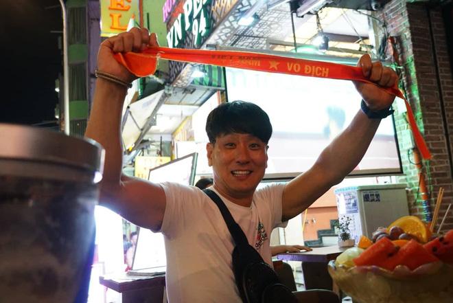 Người nước ngoài uống bia cổ vũ cho U23 Việt Nam ở Sài Gòn 9