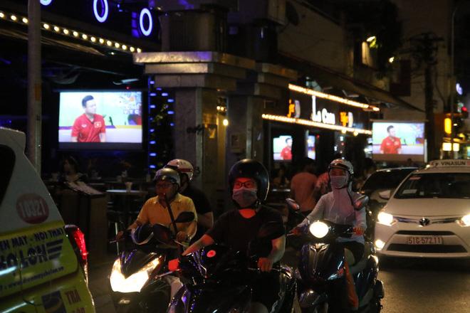 Người nước ngoài uống bia cổ vũ cho U23 Việt Nam ở Sài Gòn 1