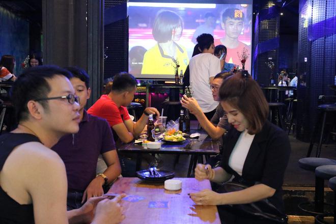 Người nước ngoài uống bia cổ vũ cho U23 Việt Nam ở Sài Gòn 2