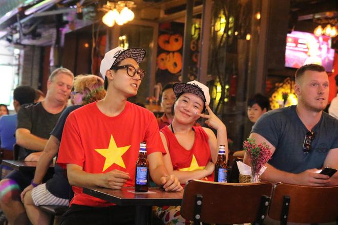 Người nước ngoài uống bia cổ vũ cho U23 Việt Nam ở Sài Gòn 7